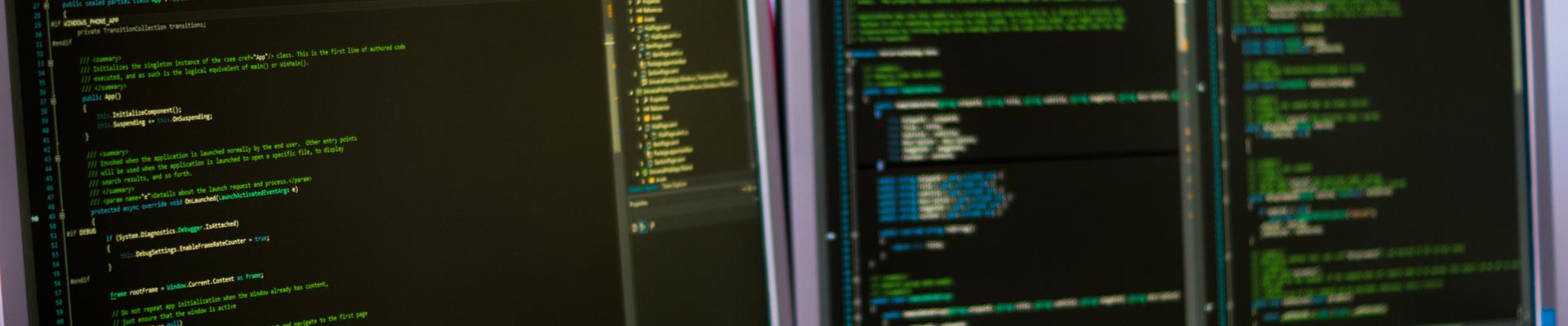 2 Bildschirme mit Quellcode
